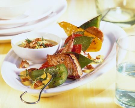 Brocheta de pavo con salsa de lima, curry y nueces