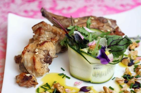 conejo asado con ensalada de flores y vinagreta de frutos secos