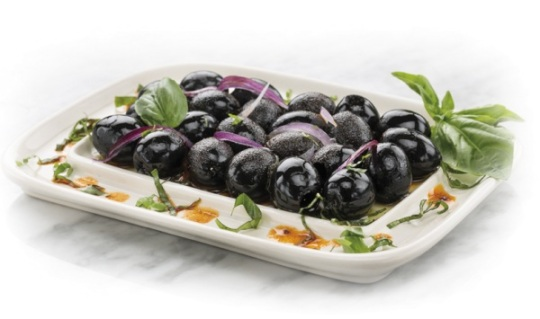 Aceitunas negras aliñadas con albahaca, aceite de pimentón y cebolla - Ignacio Solana