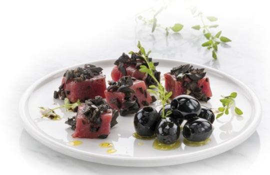 Aceitunas negras con atún rojo - Albert Marimón