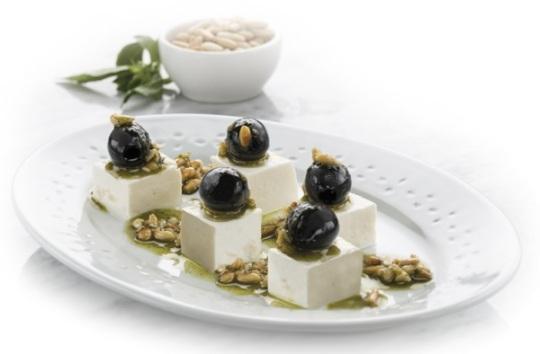 Aceitunas negras con vinagreta de albahaca, piñones y queso fresco - Antonio Arrabal