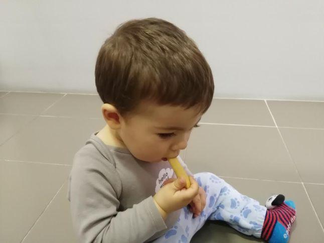 Marcos comiendo palitos